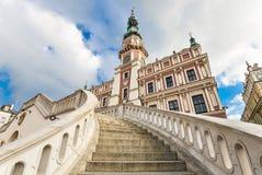 Piękny antyczny urząd miasta Zamojski i dramatyczny niebo Grodzki Zamojski jest UNESCO światowego dziedzictwa listy miejscem Obraz Stock