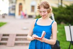 Piękny artysta na ulicie w błękitnym smokingowym writing coś w notatniku Obraz Stock