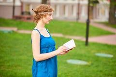 Piękny artysta na ulicie w błękitnym smokingowym writing coś w notatniku Fotografia Royalty Free