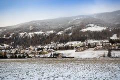 Piękny Austriacki górski miasteczko zakrywający z śniegiem Obrazy Royalty Free