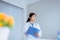 Piękny azjata lekarki kobiety działanie auscultate przy szpitalem lub cierpliwy egzamin zdjęcie stock