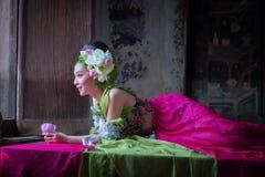 Piękny Azjatycki kobieta lotos na ręce z Tajlandzką tradycyjną suknią zdjęcie royalty free