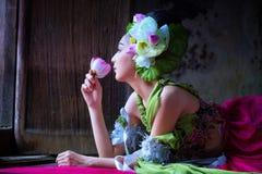 Piękny Azjatycki kobieta lotos na ręce z Tajlandzką tradycyjną suknią obrazy stock