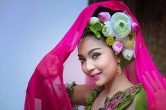 Piękny Azjatycki kobieta lotos na włosy z Tajlandzką tradycyjną suknią obrazy stock