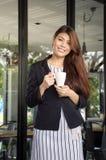 Piękny Azjatycki kobiety pić kawowy i ono uśmiecha się z aromatyczną kawą zdjęcia stock