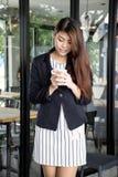 Piękny Azjatycki kobiety pić kawowy i ono uśmiecha się z aromatyczną kawą fotografia royalty free
