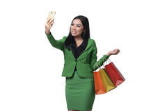 Piękny azjatykci biznesowej kobiety mienia torba na zakupy i brać s Obrazy Royalty Free
