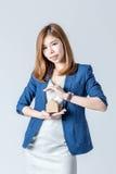 Piękny azjatykci businesswomanwith domu papieru model z bezpłatnym co Obrazy Stock
