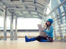 Piękny azjatykci kobieta podróżnik jest na telefonie komórkowym Zdjęcia Royalty Free