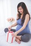 Piękny azjatykci kobieta w ciąży akceptuje prezent, ekscytuje ope fotografia royalty free