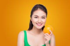 Piękny azjatykci portret młoda kobieta z pomarańczami Zdrowy fo Zdjęcie Royalty Free