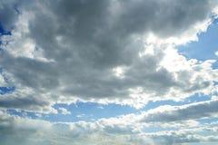 piękny błękit chmurnieje dzień nieba pogodnego biel zdjęcie royalty free