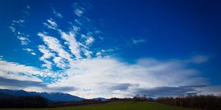 piękny błękit chmurnieje niebo zdjęcie royalty free