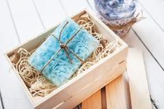 Piękny błękit, fragrant handmade mydło w drewnianego pudełka pozycji na drewnianym tle zdjęcie stock