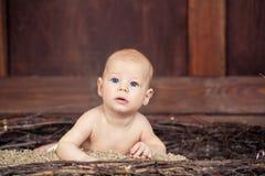 Piękny błękitnooki dziecka lying on the beach na brzuszku Zdjęcia Stock
