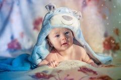 Piękny błękitnooki dziecka lying on the beach na brzuszku Zdjęcia Royalty Free