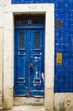 Piękny Błękitny drzwi w Lisbon Fotografia Royalty Free