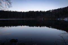 Piękny błękitny godzina półmrok na fusine jeziorach z doskonalić lustrzanym lasowym odbiciem, Italy obrazy royalty free