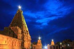 Piękny błękitny godzina widok Brihadeeshwara świątynia budował Chola królewiątkami, Thanjavur Zdjęcie Stock