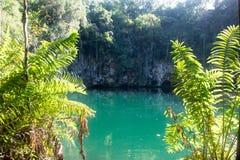 Piękny błękitny jezioro jest w góry głębokiej jamie z viewing platformą Zdjęcie Stock