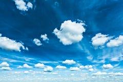 Piękny błękitny kontrasta niebo z sparce cumulus chmurami Obraz Stock