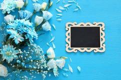piękny błękitny kwiatu przygotowania, blackboard i Fotografia Royalty Free