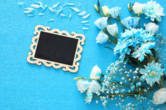 piękny błękitny kwiatu przygotowania, blackboard i Zdjęcia Royalty Free