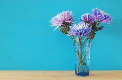 piękny błękitny kwiatu przygotowania w wazie na drewnianym stole Zdjęcie Stock