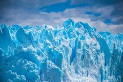Piękny błękitny lodowiec przeciw niebu Shevelev Fotografia Royalty Free