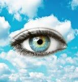 Piękny błękitny ludzki oko z jaskrawym niebem - Duchowy pojęcie zdjęcia stock