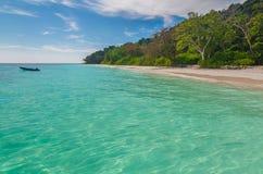 Piękny błękitny morze, niebieskie niebo w lecie zdjęcia royalty free