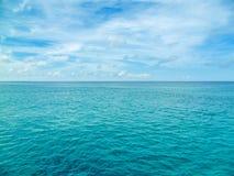 Piękny błyszczący błękitny morze karaibskie Fotografia Stock