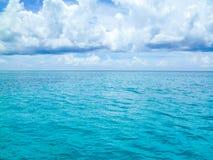 Piękny błyszczący błękitny morze karaibskie po burzy Obrazy Royalty Free