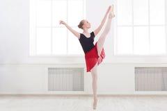 Piękny balerina taniec na pointe fotografia royalty free