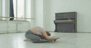 Piękny baletniczy tancerz rozciąga za mięśniach zbiory