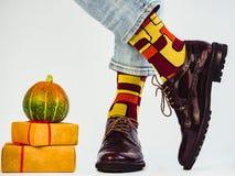 Piękny bani i mężczyzna ` s iść na piechotę w eleganckich butach obrazy royalty free