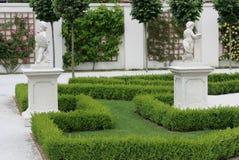 Piękny baroku ogród z ornamentacyjnymi krzakami ciie kształty i antyk rzeźby Obraz Royalty Free