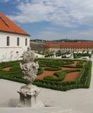 Piękny baroku ogród z ornamentacyjnymi krzakami ciie kształty i antykwarskie rzeźby przy Bratislava roszują Obrazy Stock