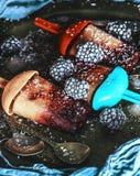 Piękny barwiący lody gotujący w domu obraz stock