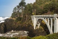 Piękny betonu most na dzikiej Oregon linii brzegowej zdjęcia royalty free