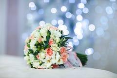 Piękny biały ślubny bukiet z błękitnym boke Zdjęcie Stock