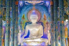 Piękny biały giganta Buddha wizerunek wśrodku Buddyjskiego kościół przy Wata Rong Suea Dziesięć świątynią, także znać jako Błękit fotografia stock