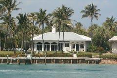 PIĘKNY BIAŁY graniczący z oceanem dom Z dokiem Obraz Stock