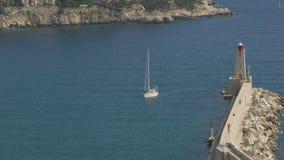 Piękny biały jacht unosi się na morzu macha, przyjeżdżający Ładny port, wakacje zbiory