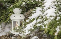 Piękny biały lampion w śniegu Świeczka w śniegu na background/ Fotografia Stock