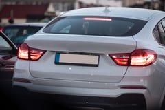 Piękny biały luksusowy samochód wtykający w ruchu drogowym fotografia stock
