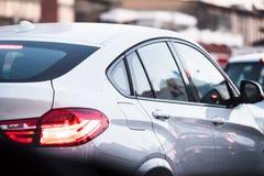 Piękny biały luksusowy samochód wtykający w ruchu drogowym zdjęcia stock