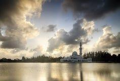 Piękny biały meczet blisko brzeg jeziora podczas zmierzchu miękkiej części odbicie i chmura Obrazy Royalty Free