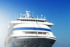 Piękny Biały statek, zbliżenie Dnia światło błękitne niebo tła zdjęcia royalty free