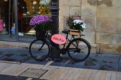 Piękny bicykl Z kwiatami I wiadomość W Leon Architektura, podróż, historia, Uliczna fotografia obrazy royalty free